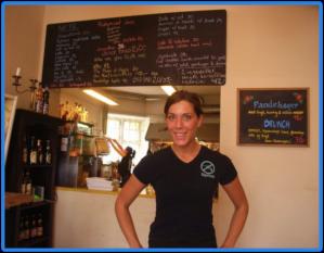 Personalen på cafét bar T-skjortor med en icke-våldssymbol