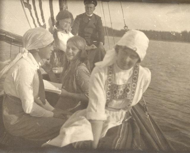 Ulla Wasastjärna, Cissi, Ernst Edgren, Eva W, Mary Edgren  segelbåt 1918 (kopia)
