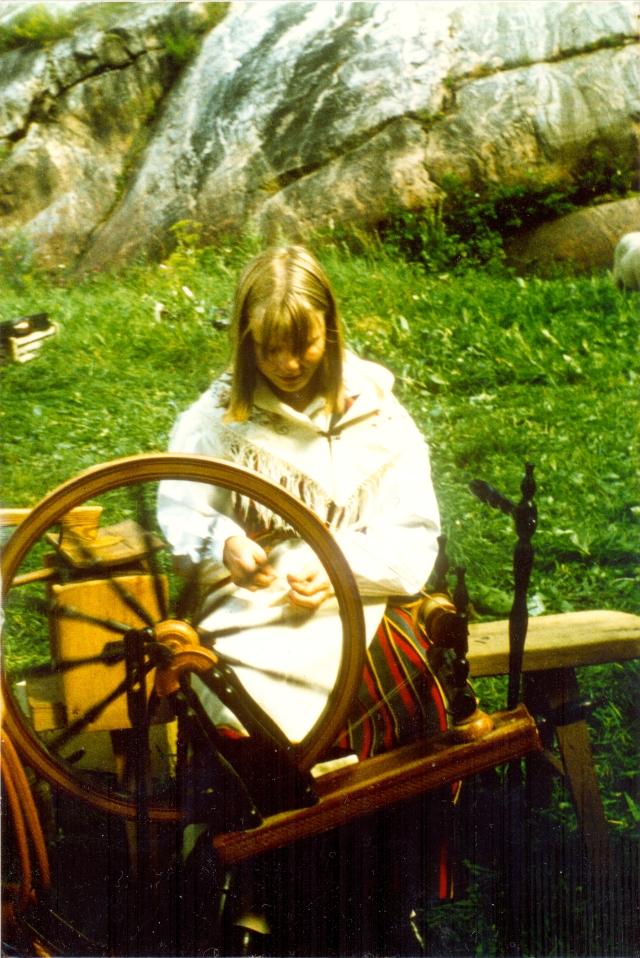 Ylva spinner på Snappertunadagen mitten av 1970-talet
