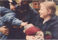 Hannah ser JOnas på gården nyfödd 1985