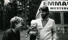 Jonas, mamma och pappa är finurliga vid Emmausbil